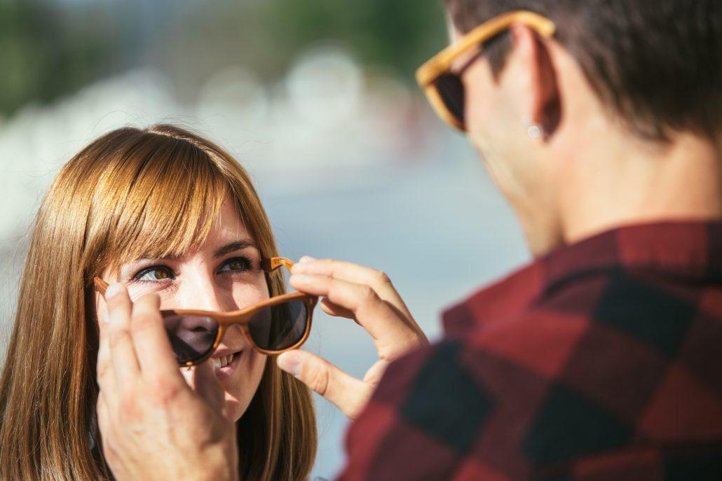 masih jomblo? praktikkan cara ini untuk menggaet pacar Masih Jomblo? Praktikkan Cara Ini untuk Menggaet Pacar man putting sunglasses off woman PBYLTP8 1030x687