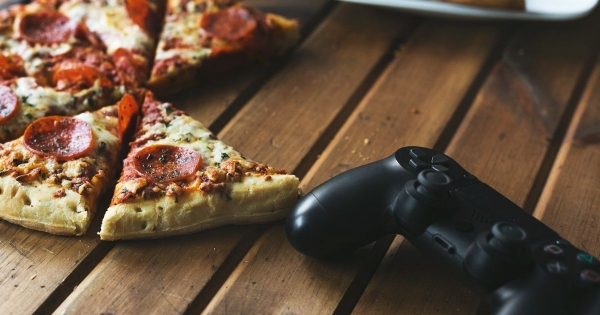 pizza cemilan gamer Suka Ngemil Sambil Main Game? Coba 9 Cemilan Gamer Ini! pizza 600x315