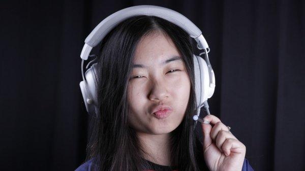 cewek pakai headset gaming headset Rentang Frekuensi 20 – 20.000Hz pada Headset Gaming. Apa Artinya? hx20 putih 1 600x337