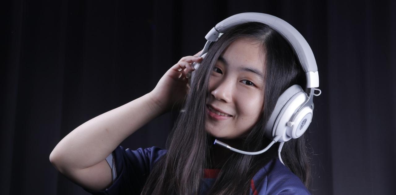 gamer menggunakan headset memory foam Ini Keunggulan Memory Foam Pada Earpad Headset Gaming hx25 putih 1280x630