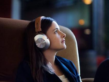 cewek pakai headphones bluetooth 15 Tips Atasi Headset Bluetooth Tidak Tersambung di Ponsel headphones